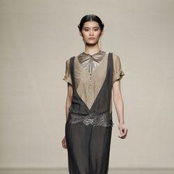 Vestido negro sobre camisa de la colección otoño/invierno 2012/2013 de Ailanto