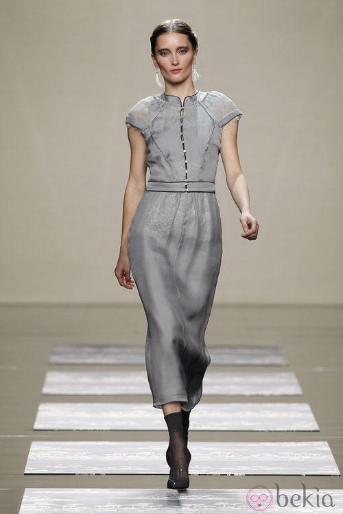 Vestido gris ceñido a la cintura de Ailanto en la Fashion Week Madrid