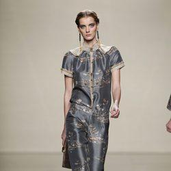 Conjunto gris metalizado con estampados orientales de Ailanto en Fashion Week Madrid
