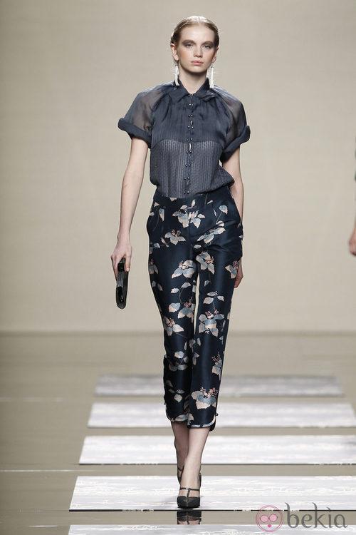 Pantalones negros con estampado floral en el desfile de Ailanto en la Fashion Week Madrid