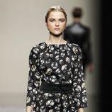 Vestido negro con estampado de flores de Ailanto en la Fashion Week Madrid
