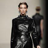 Gabardina de cuero con cuello cerrado de la colección otoño/invierno 2012/2013 de Ailanto