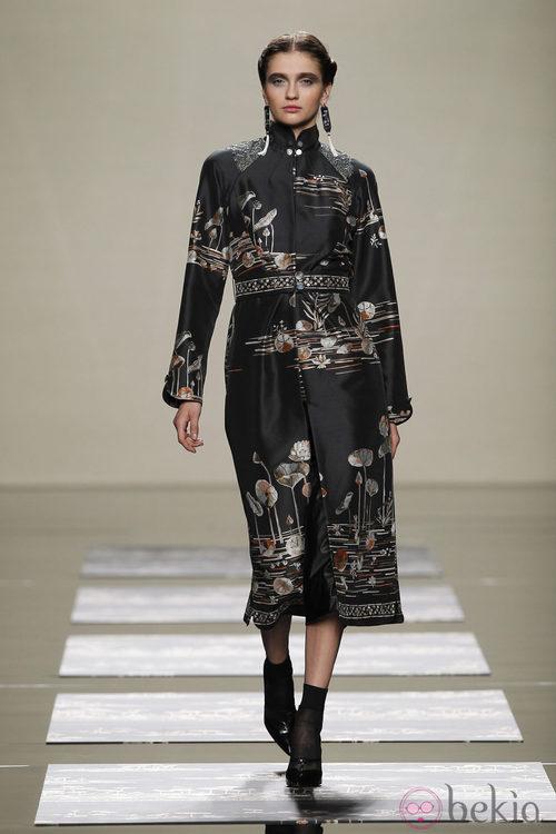 Abrigo con motivos orientales en la colección de Ailanto en Fashion Week Madrid