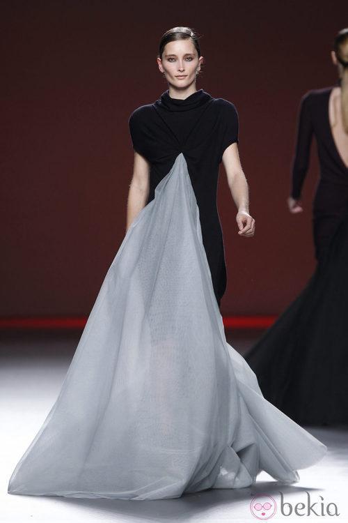 Vestido negro y gris vaporoso de Amaya Arzuaga en Fashion Week Madrid