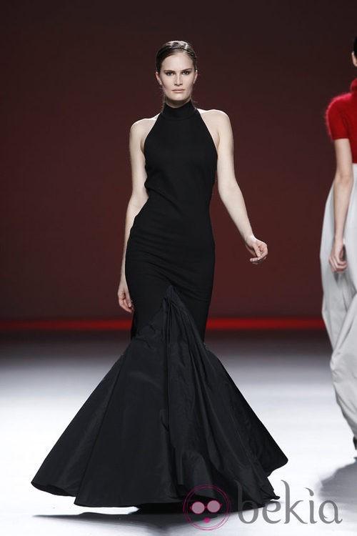 Vestido negro con volantes de tul de la colección otoño/invierno 2012/2013 de Amaya Arzuaga