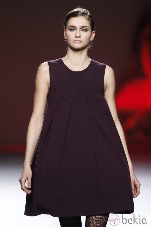 Vestido morado sin mangas de Amaya Arzuaga en Fashion Week Madrid