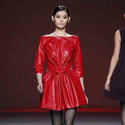 Vestido rojo de cuero de la colección otoño/invierno 2012/2013 de Amaya Arzuaga
