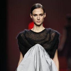 Vestido bicolor de Amaya Arzuaga en Fashion Week Madrid