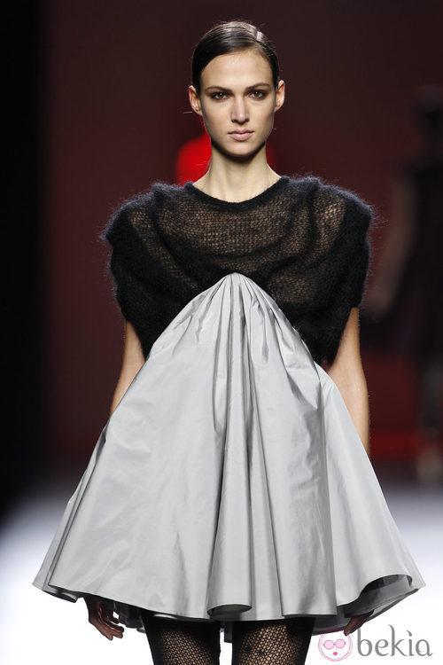 Vestido bicolor de Amaya Arzuaga en Fashion Week Madrid