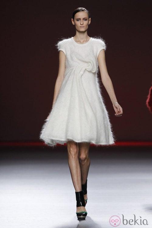 Vestido de manga corta en color blanco roto de Amaya Arzuaga en Fashion Week Madrid