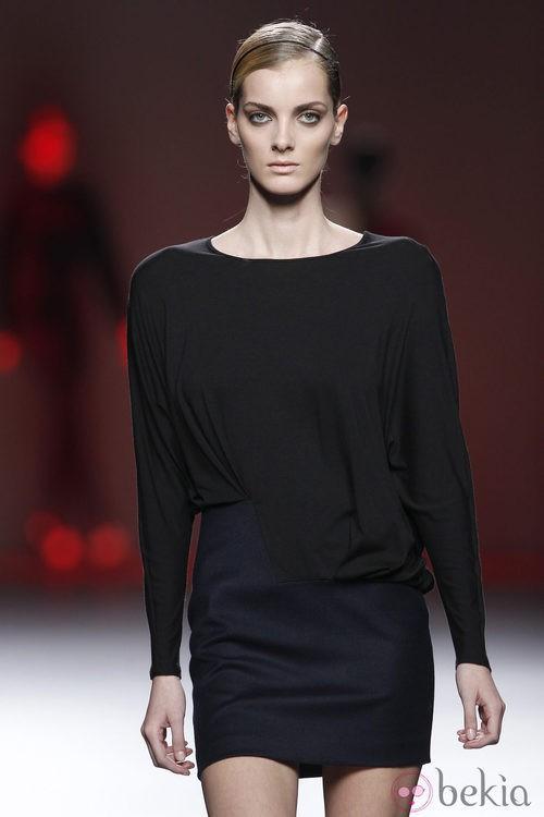 Camiseta negra y falda azul marino de la colección otoño/invierno 2012/2013 de Amaya Arzuaga