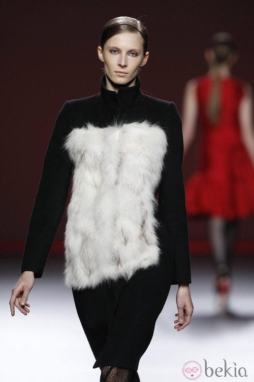 Vestido negro con corpiño de pelo blanco de Amaya Arzuaga en Fashion Week Madrid