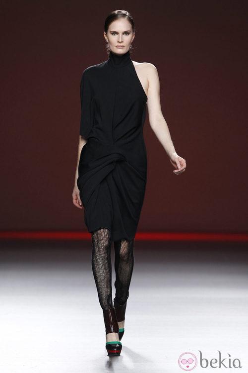 Vestido negro de corte asimétrico de la colección otoño/invierno 2012/2013 de Amaya Arzuaga
