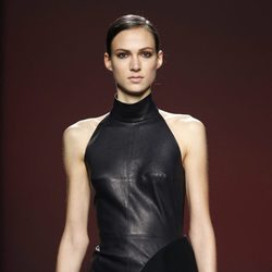 Mini vestido negro de cuero de Amaya Arzuaga en Fashion Week Madrid