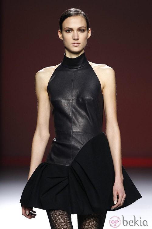 Mini vestido negro de cuero de Amaya Arzuaga en Fashion Week Madrid