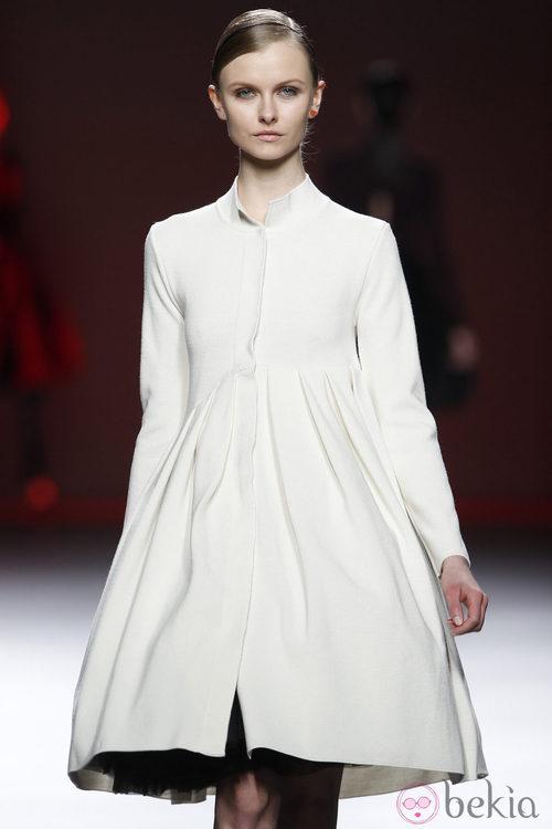 Vestido blanco de manga larga de la colección otoño/invierno 2012/2013 de Amaya Arzuaga
