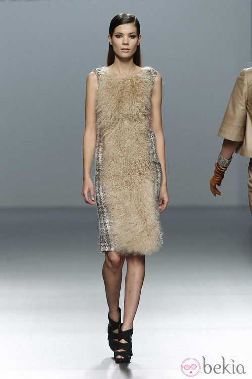 Vestido de pelo en color beis de Roberto Torretta en Fashion Week Madrid