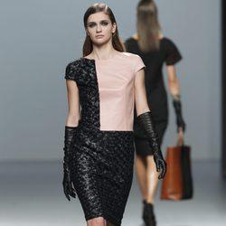 Vestido de cuero en manga corta en tono salmón y negro de la colección otoño/invierno 2012/2013 de Roberto Torretta