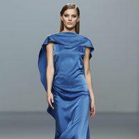 Vestido azul klein de Roberto Torretta en Fashion Week Madrid