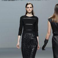 Conjunto de jersey y falda negra de cintura alta de la colección otoño/invierno 2012/2013 de Roberto Torretta
