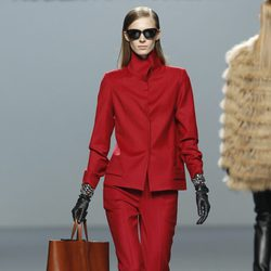 Traje chaqueta en color rojo de Roberto Torretta en Fashion Week Madrid