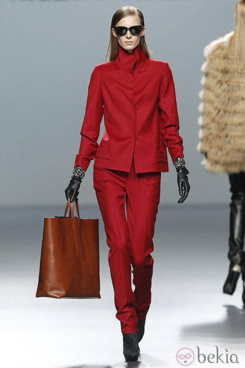 Traje chaqueta en color rojo de Roberto Torretta en Fashion Week Madrid