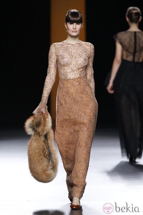 Vestido marrón transparente de Juanjo Oliva en la Fashion Week Madrid