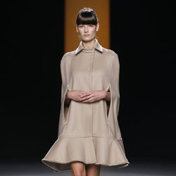 Vestido capa en color nude de Juanjo Oliva en Fashion Week Madrid