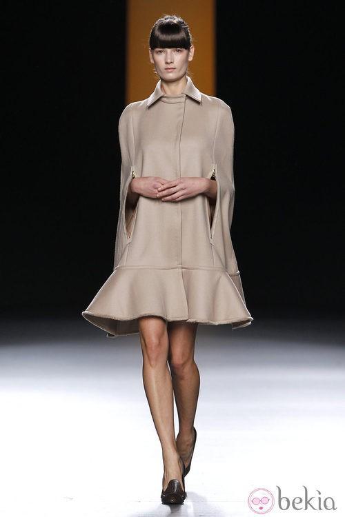 Vestido capa en color nude de Juanjo Oliva en Fashion Week Madrid