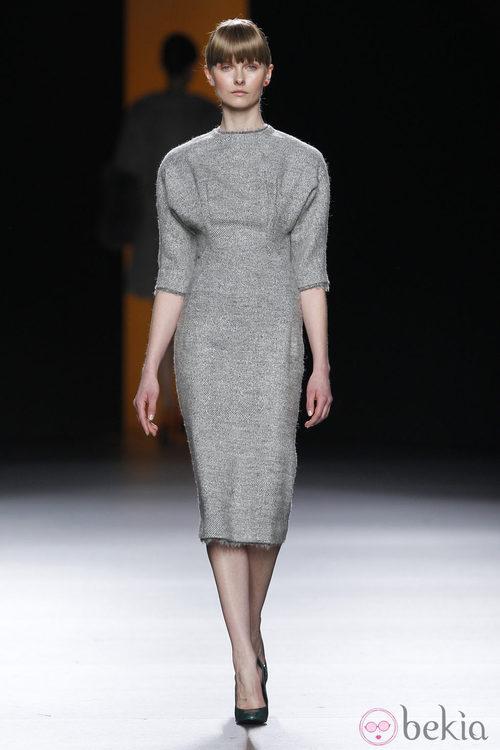 Vestido gris jaspeado de la colección otoño/invierno 2012/2013 de Juanjo Oliva