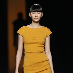 Vestido color mostaza de Juanjo Oliva en Fashion Week Madrid