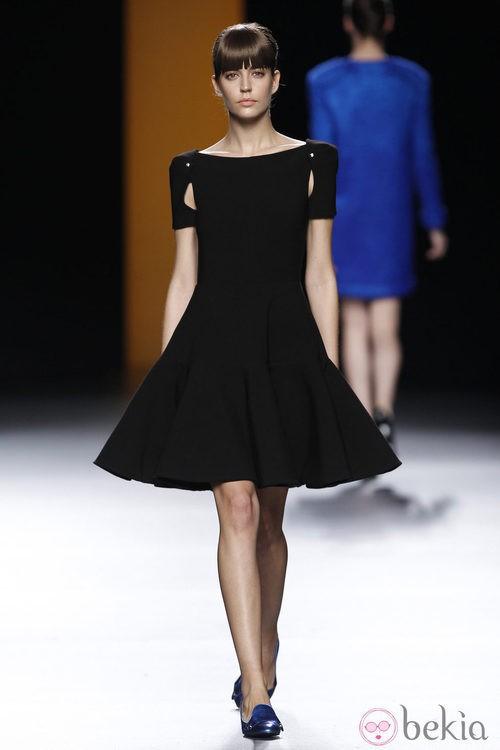 Vestido negro con volantes de la colección otoño/invierno 2012/2013 de Juanjo Oliva