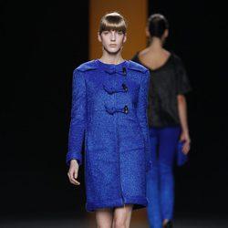 Abrigo azul eléctrico de Juanjo Oliva en Fashion Week Madrid
