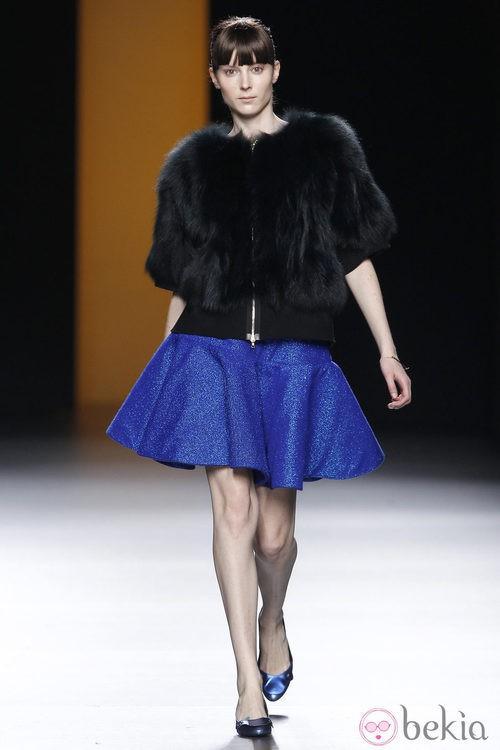 Abrigo negro de pelo de la colección otoño/invierno 2012/2013 de Juanjo Oliva