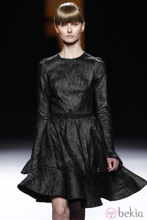 Vestido negro de vuelo de la colección otoño/invierno 2012/2013 de Juanjo Oliva