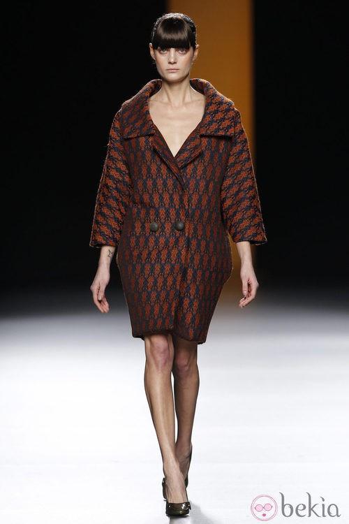 Maxi abrigo en color granate de Juanjo Oliva en Fashion Week Madrid