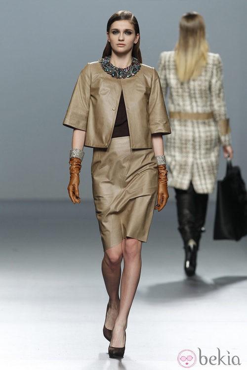 Chaqueta y falda de cuero de Roberto Torretta en Fashion Week Madrid