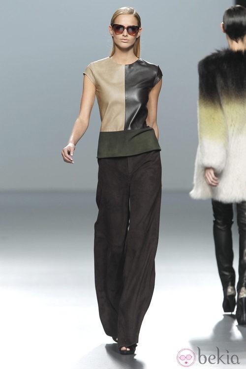 Amplio pantalón y camiseta de cuero con piel de la colección otoño/invierno 2012/2013 de Roberto Torretta