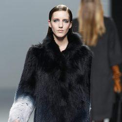 Abrigo bicolor de pelo de Roberto Torretta en Fashion Week Madrid