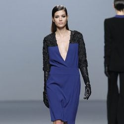 Vestido escotado bicolor de Roberto Torretta en Fashion Week Madrid