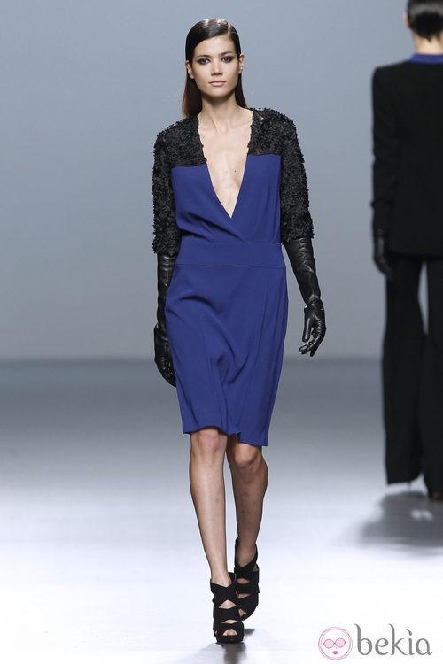 Vestido escotado bicolor de Roberto Torretta en Fashion Week Madrid