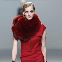 Vestido rojo con cuello de pelo de Roberto Torretta en Fashion Week Madrid