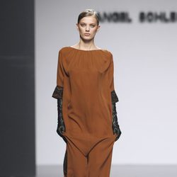 Vestido saco marrón de Ángel Schlesser en Fashion Week Madrid