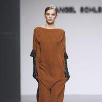 Vestido saco marrón de Ángel Schlesser en Fashion Week Madrid