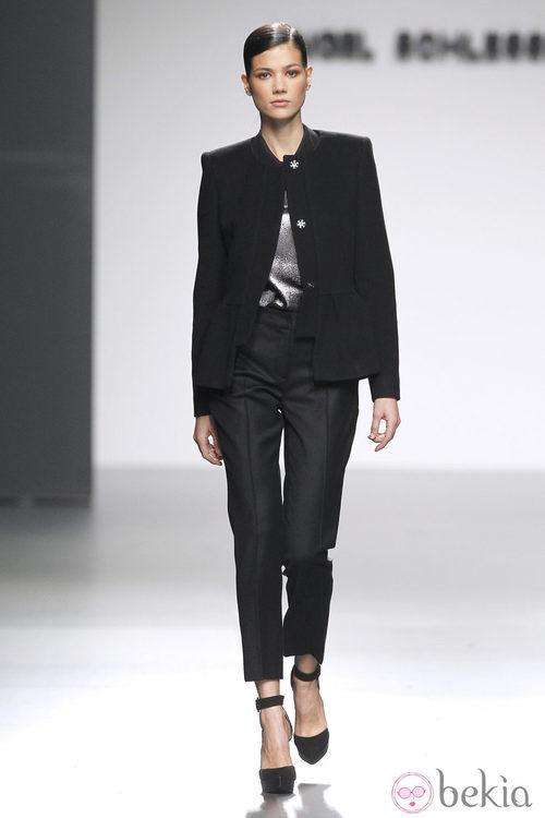 Traje pantalón negro de Ángel Schlesser en Fashion Week Madrid