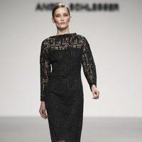 Vestido negro de encaje de Ángel Schlesser en Fashion Week Madrid