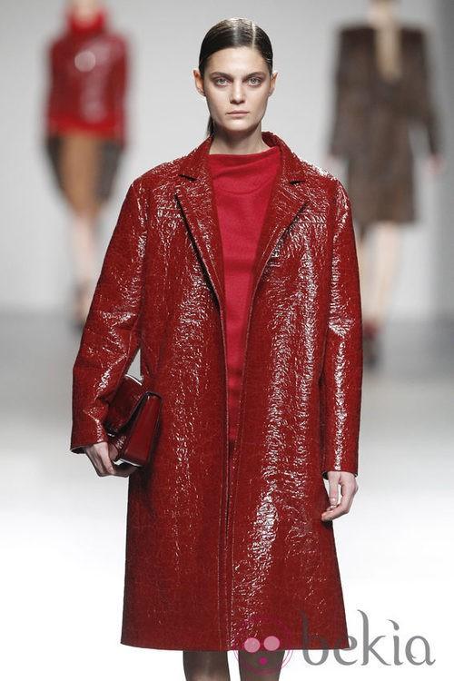 Abrigo de charol rojo de la colección otoño/invierno 2012/2013 de Ángel Schlesser
