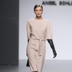 Vestido crema atado a la cintura de Ángel Schlesser en Fashion Week Madrid