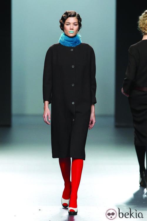 Abrigo minimal en color negro de la colección otoño/invierno 2012/2013 de Lemoniez
