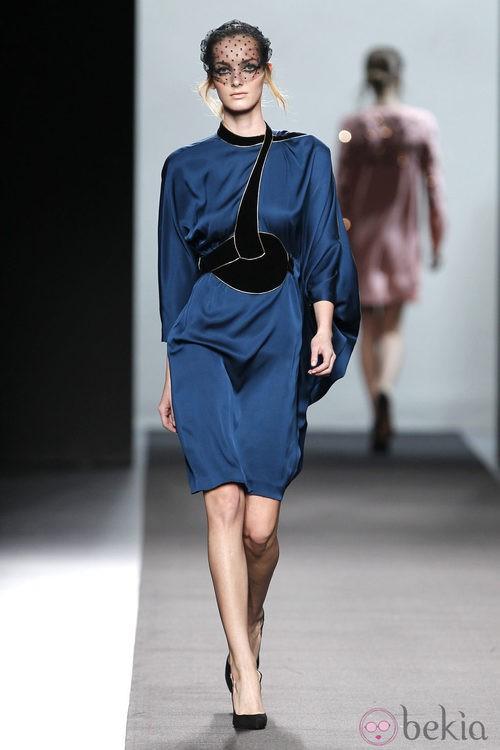Vestido azul con terciopelo negro de Miguel Palacio en Fashion Week Madrid